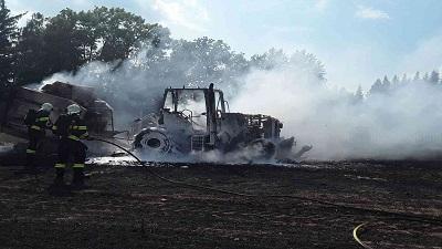 Na poli u Věže na Havlíčkobrodsku hořela zemědělská technika, škoda dosáhla téměř čtyř milionů korun